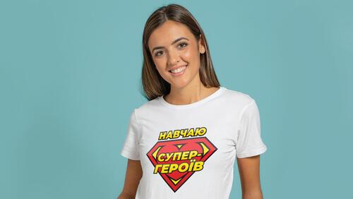 Зображення товару: Футболка жіноча «Навчаю супергероїв», розмір S, білого кольору