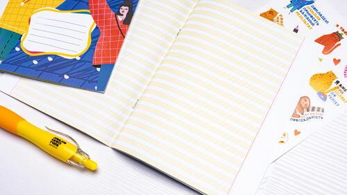 Зображення товару: Зошит у косу клітинку з жовтими полями. 5 штук по 12 аркушів.